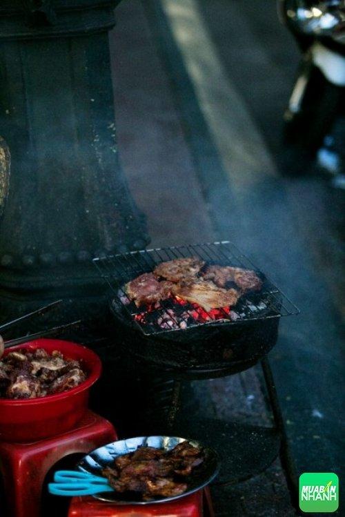 Ăn sáng bằng cơm tấm - Ảnh: Hữu Dương.